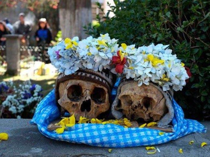 أموات بوليفيا يخرجون قبورهم لتدخين