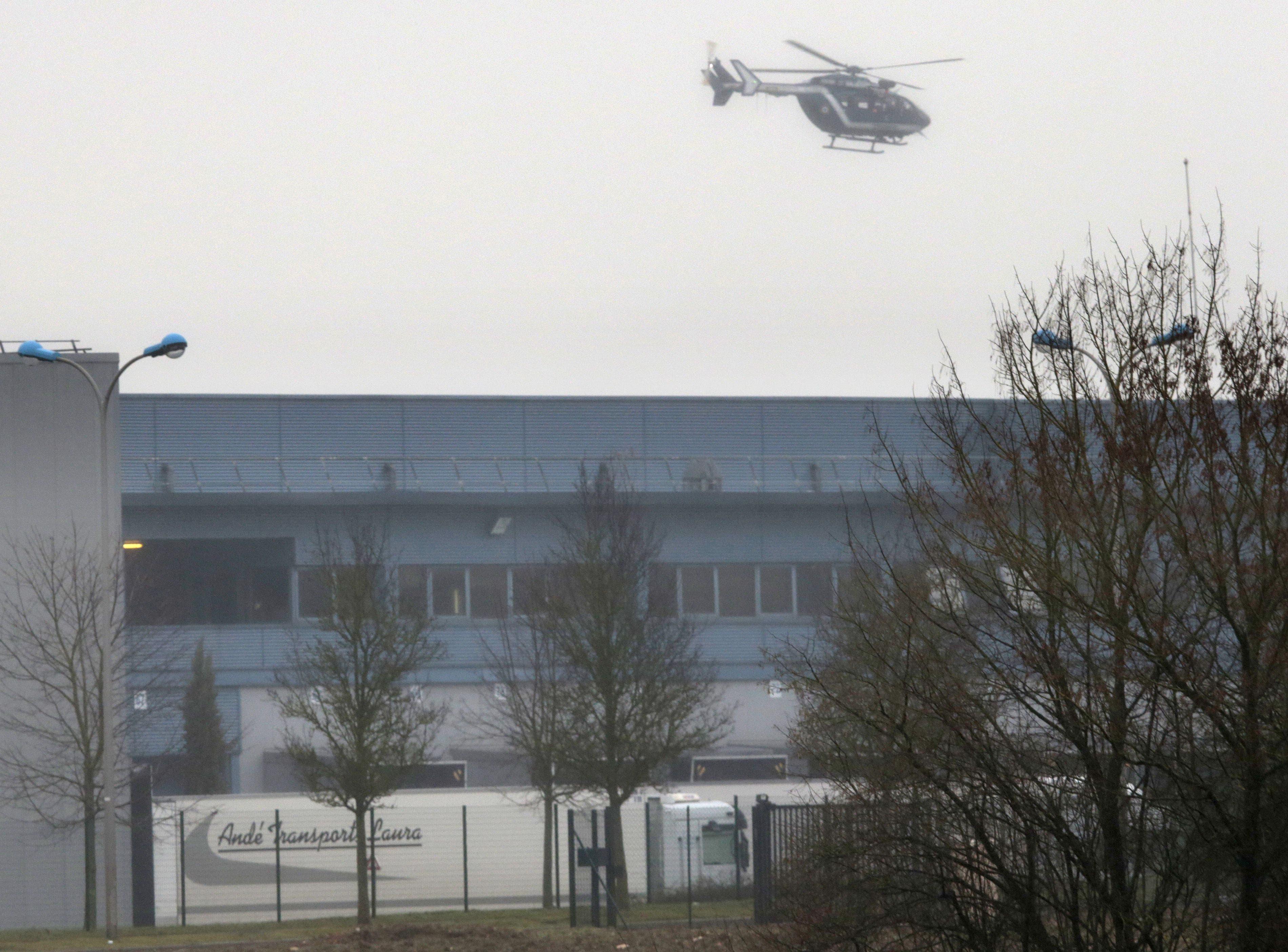 الشرطة الفرنسية تحاصر منفذي هجوم