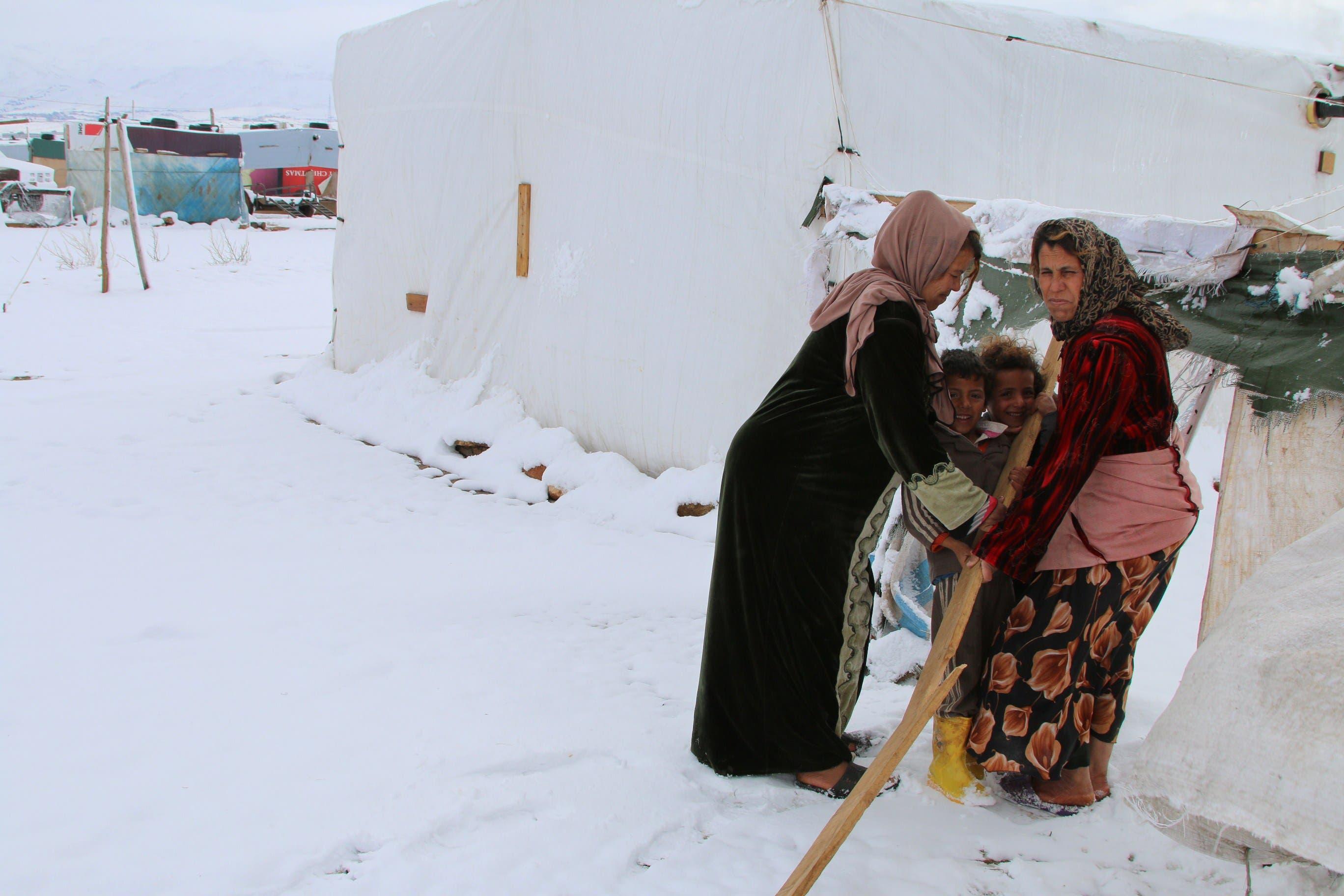 العاصفة الثلجية تجتاح خيام اللاجئين 296705ba-0992-486c-bbee-8a191e59f089.jpg