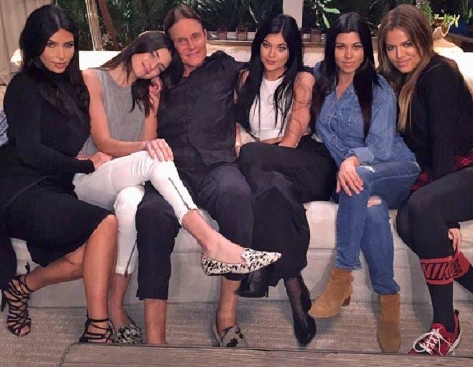 مع ابنتيه وأخواتهما الثلاث غير الشقيقات، كيم وكول وكورتني كارداشيان، وهن من زواج والدتهن الأول