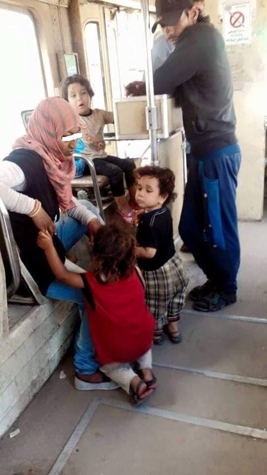 صورة أخرى للمرأة والأطفال وأحد الرجال الثلاثة