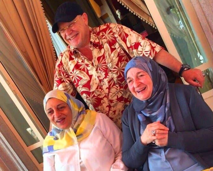 الصورة كاملة لرجاء هاشم وابنتها سناء، وزوج ابنتها الدكتور زهير هاشم