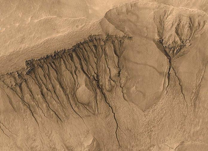 خطوط متعرجة متكررة تظهر صيفا وتختفي شتاء، كما في الأرض كذلك في المريخ