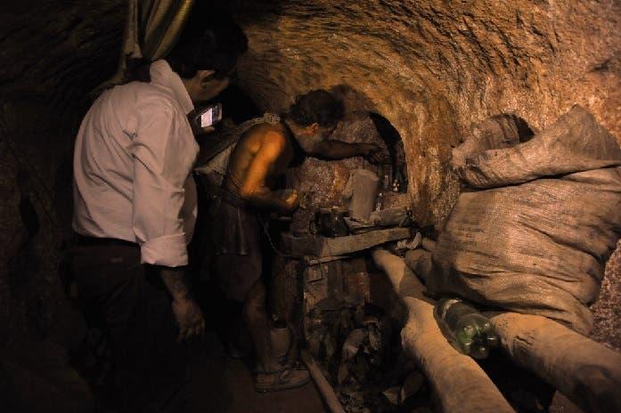 ركن الصلاة مع تمثالي القديسين، جعله أنطونيو كالادو تجويفاً في جدار الحفرة