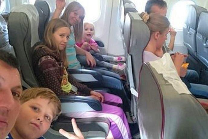 أول صورة من داخل الطائرة ولبعض من كانوا فيها الأب يوري شينا وزوجته أولغا وأولادهما الثلاثة