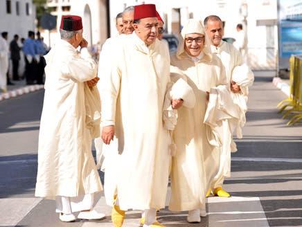 برلمانيون بزيهم التقليدي في طريقهم لولوج المؤسسة التشريعية