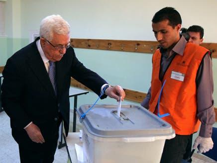 الرئيس الفلسطيني محمود عباس يدلي بصوته