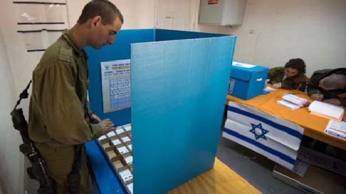 اسرائیل کے جنوبی علاقے میں ایک اسرائیلی فوجی اپنا ووٹ ڈال رہا ہے