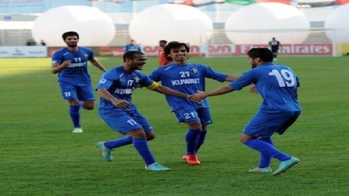 لاعبو الكويت يحتفلون بهدف عبدالهادي خميس الثاني في مرمى البحرين