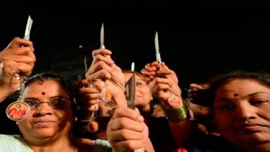 """توزيع سكاكين على نساء في الهند للدفاع عن \\""""أجسادهن\\"""""""