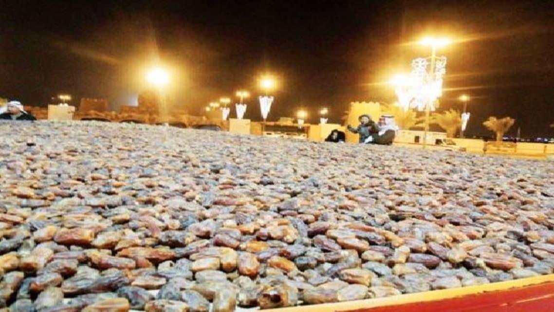 أكبر صحن شعبي للتمور يخطف الأنظار في الرياض