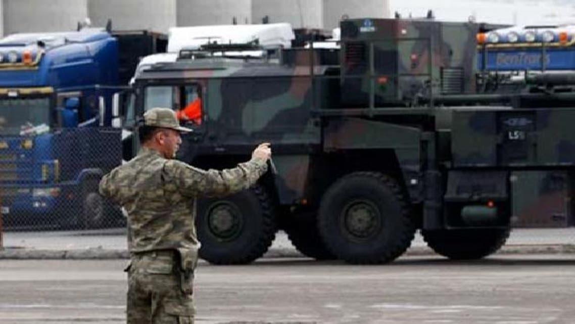 ترکی کا ایک فوجی افسر اسکندرون کی بندرگاہ پر جرمنی کی ایک فوجی گاڑی کی تصویر اتار رہا ہے