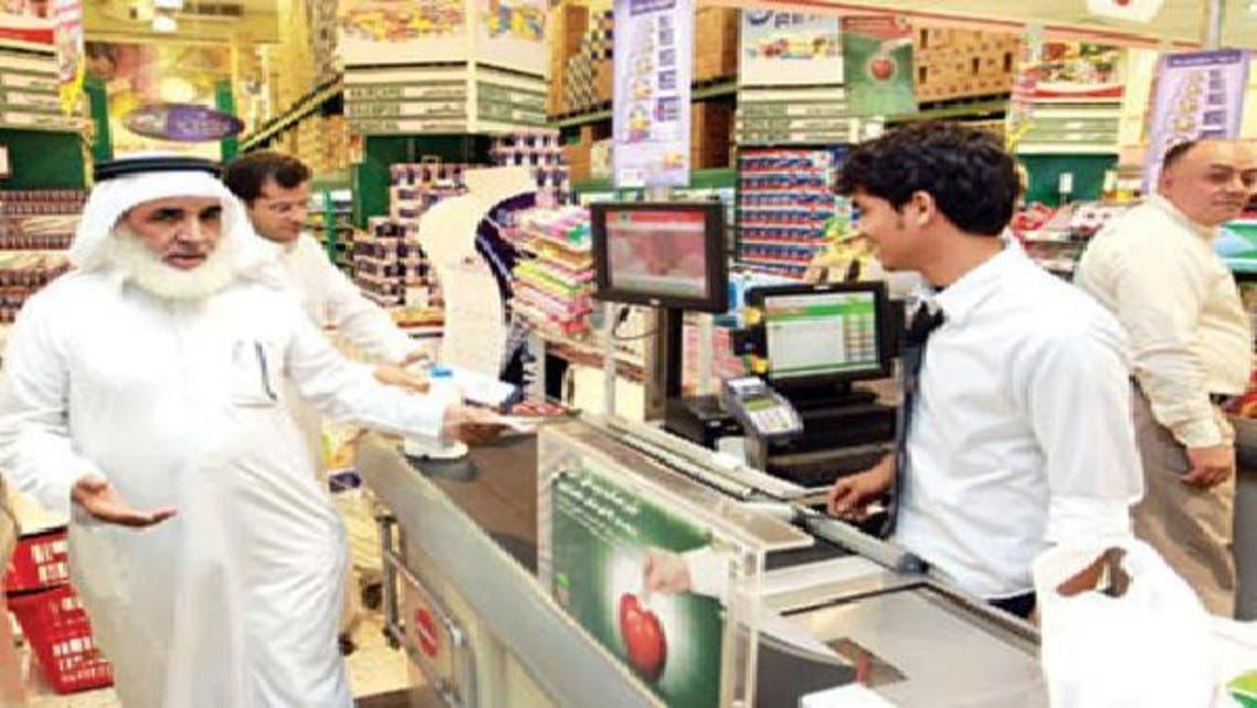 مواطن سعودي يتسوق في أحد المتاجر بالرياض