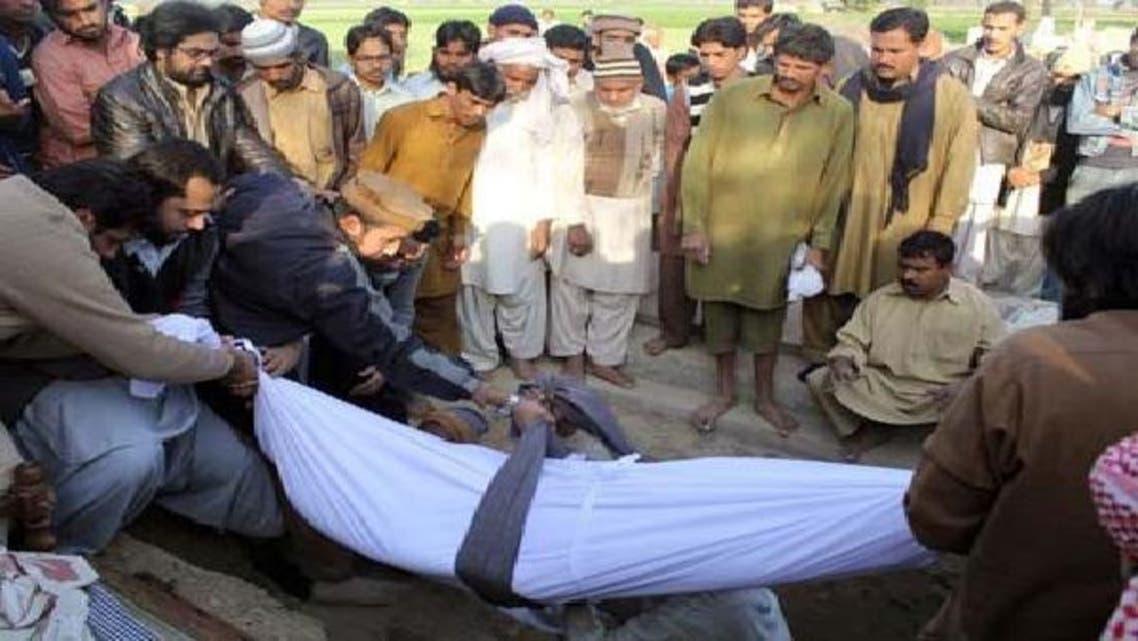 میاں چنوں کے قبرستان میں متوفی کامران فیصل کا جسد خاکی لحد میں اتارا جا رہا ہے
