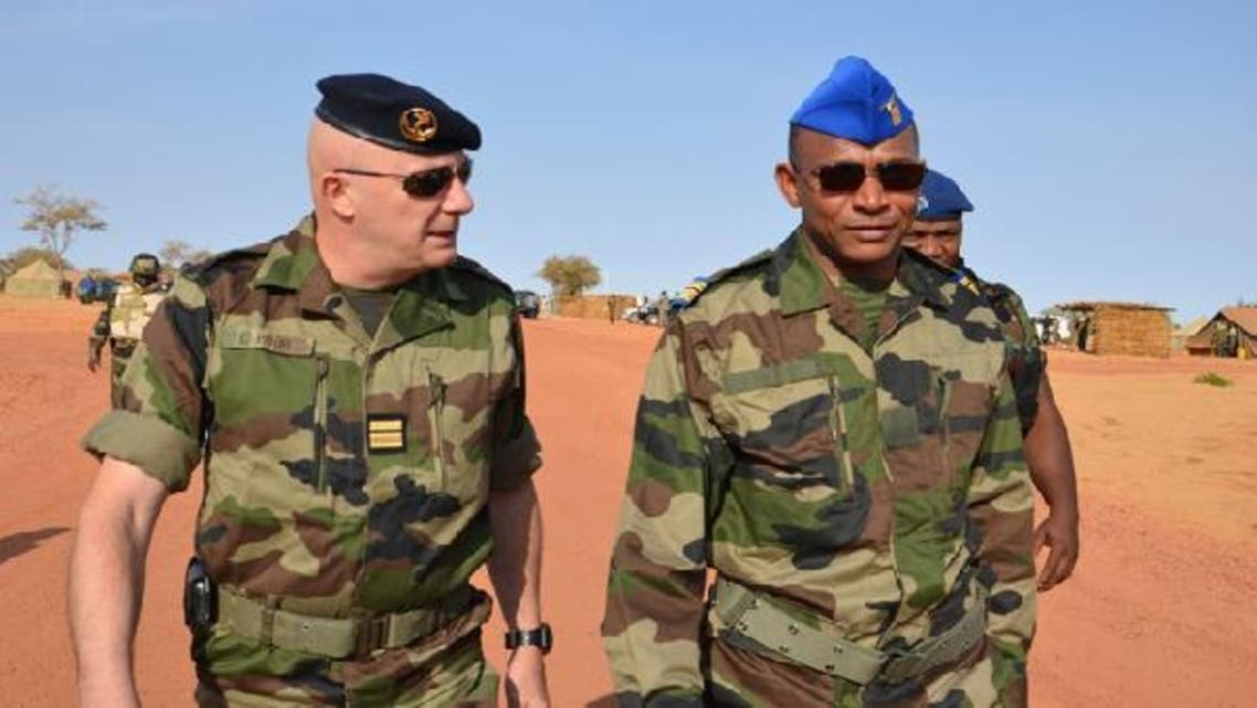 A French officer speaks with Chief of staff of Niger\'s air troops colonel Boulama Issa Zana on Jan. 22, 2013 during a visit to a training camp in Ouallam, some 100 kms north of Niamey. (AFP)