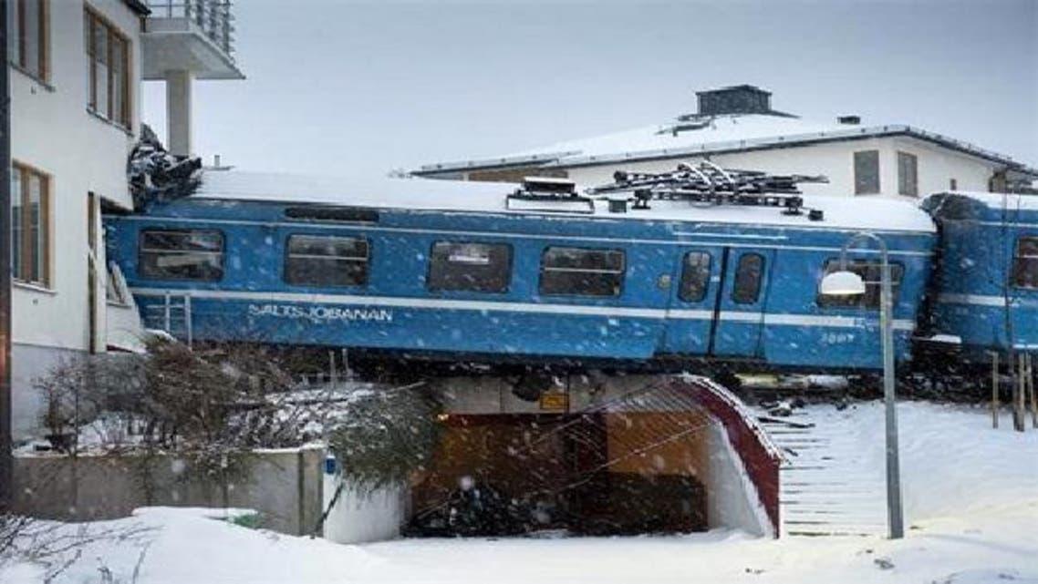 القطار المسروق بعد أن ارتطم بالمبنى السكني