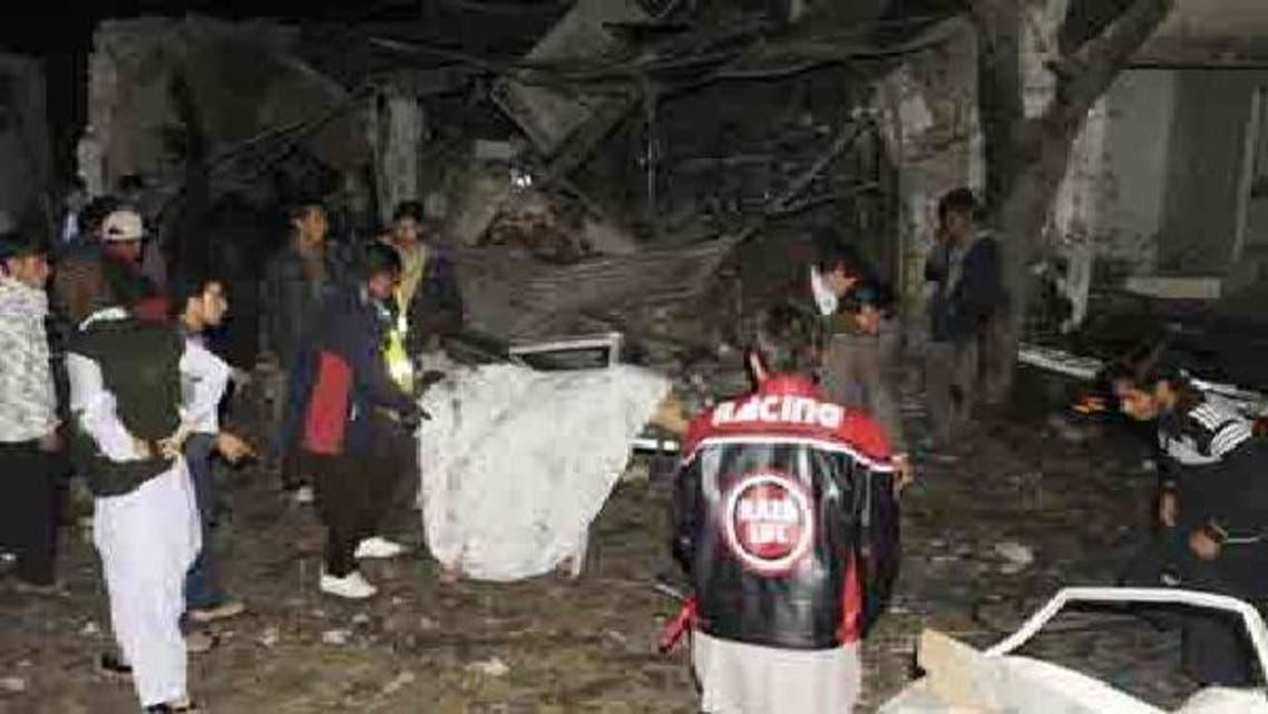 کوئٹہ میں بم دھماکے کے بعد تباہی کا منظر، لوگ اپنی مدد آپ کے تحت نعشیں نکال رہے ہیں
