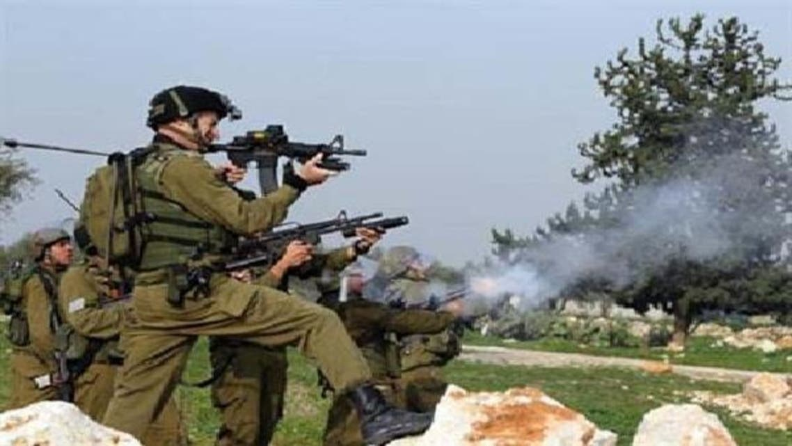 اسرائیلی فوجی مغربی کنارے کے گاؤں بدروس میں فلسطینی مظاہرین پر اشک آور گیس کے گولے پھینک رہے ہیں۔