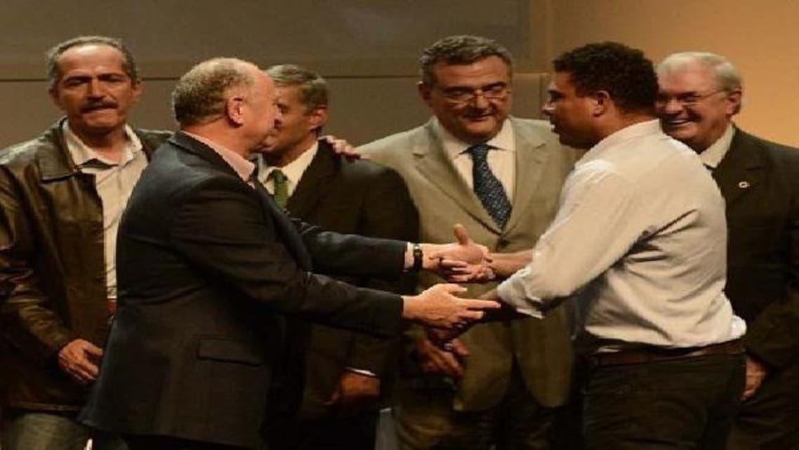 رونالدو يصافح مدرب المنتخب البرازيلي سكولاري