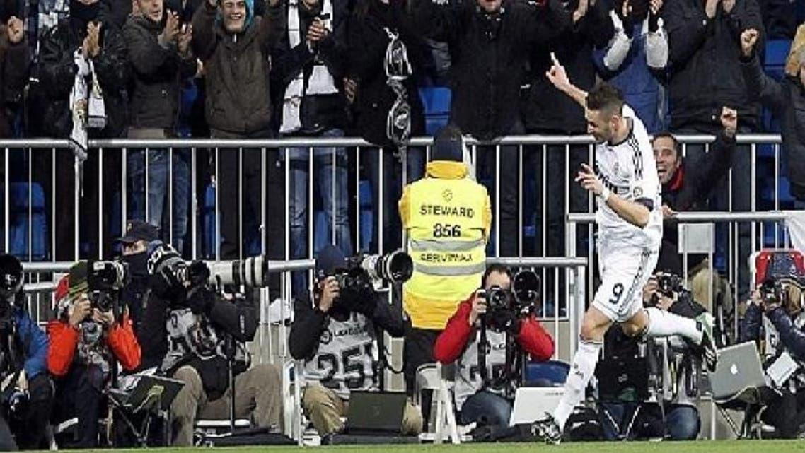 بنزيمة يحتفل بهدف فريقه الأول أمام بلنسية