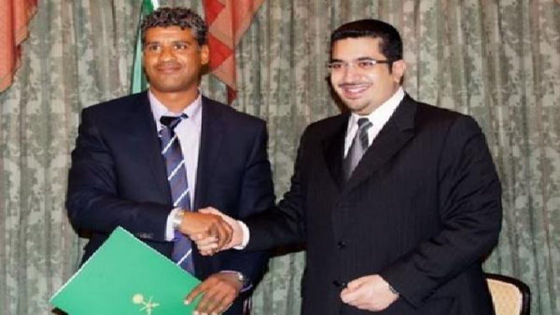 الأمير نواف بن فيصل لحظة توقيعه العقد مع ريكارد