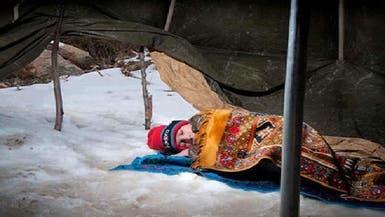 طفل سوري لاجئ يتوسد الثلج وقلبه يصارع البرد