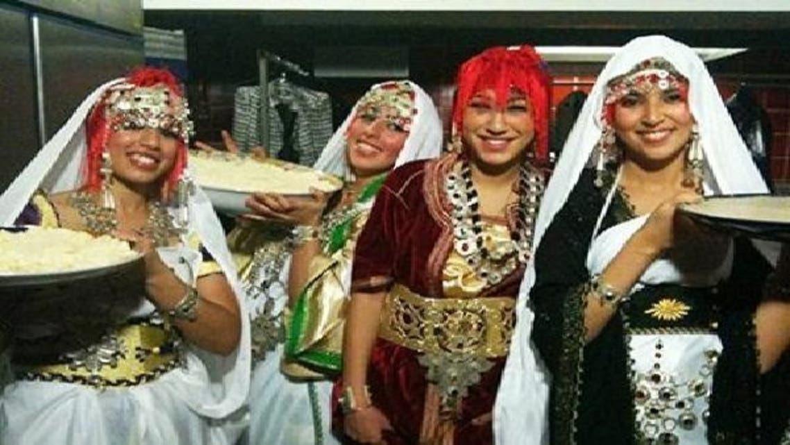 """فتيات أمازيغيات يحملن طعام \\""""الكسكسي\\"""""""