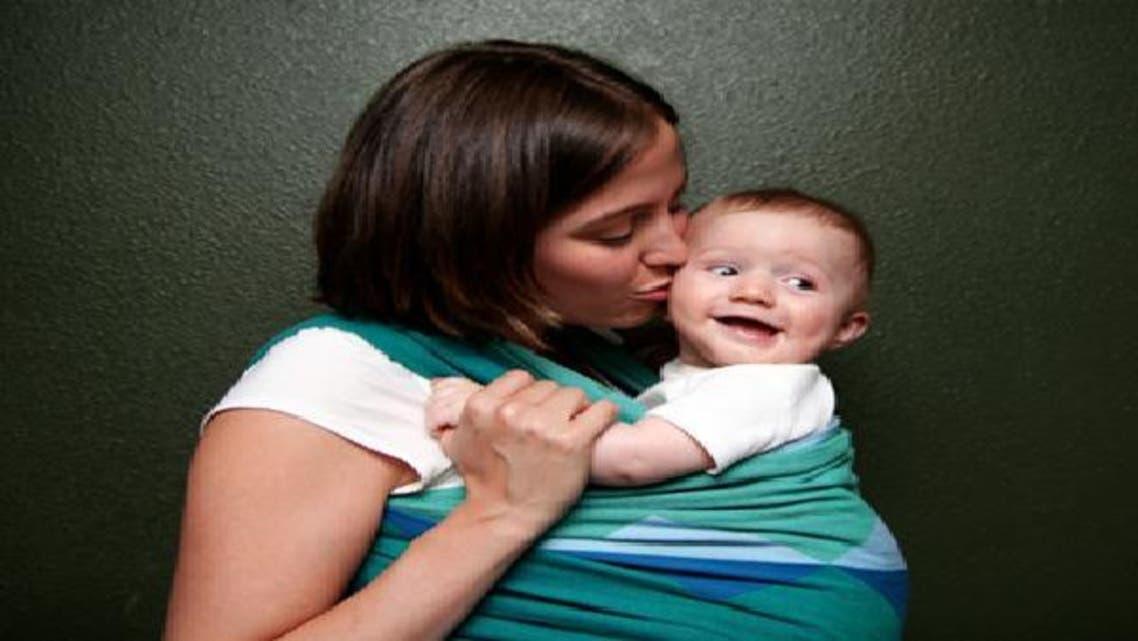 حمل الرضّع في وضع معتدل يساعدهم على النمو