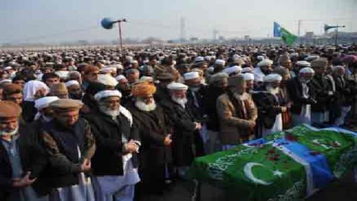 سید منور حسن، قاضی حسین احمد کی نماز جنازہ پڑھا رہے ہیں