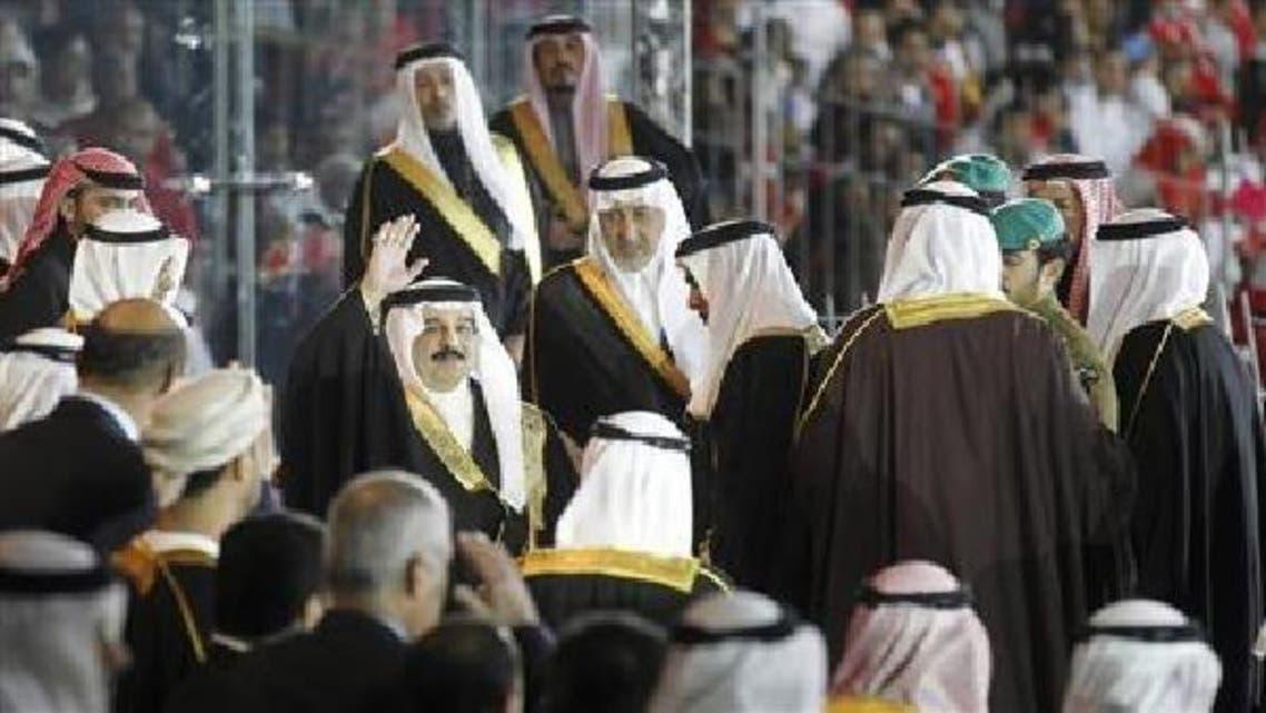 ملك البحرين يحيي الجماهير قبل انطلاق الافتتاح