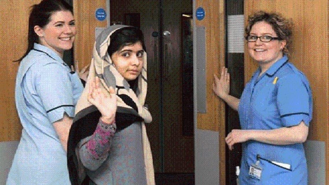 ملالہ، نرسوں کی معیت میں ہسپتال سے ڈسچارج ہو رہی ہیں