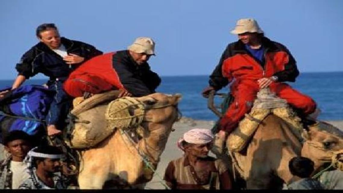 أجانب يركبون الجمال في اليمن