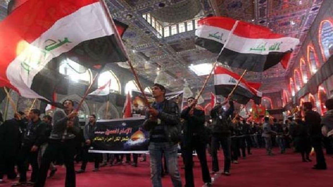 اہل تشیع کربلا میں ماتمی جلوسوں میں شرکت کے دوران قومی پرچم لہراتے ہوئے جا رہے ہیں