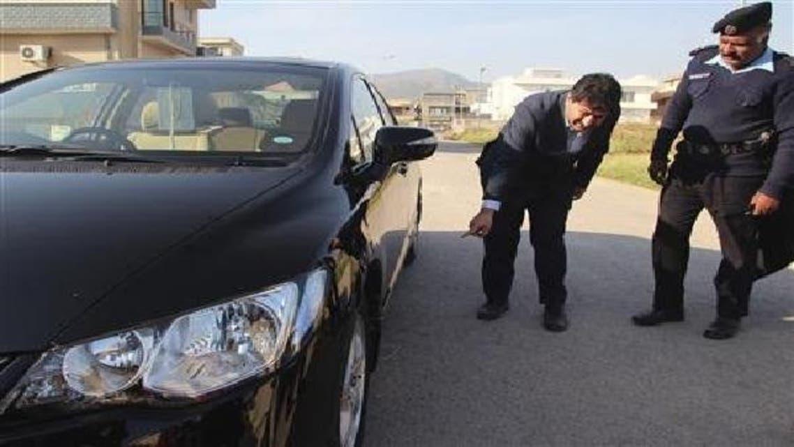 حامد میر پولیس اہلکاروں کو اپنی کار میں رکھے گئے بم سے متعلق بتا رہے ہیں