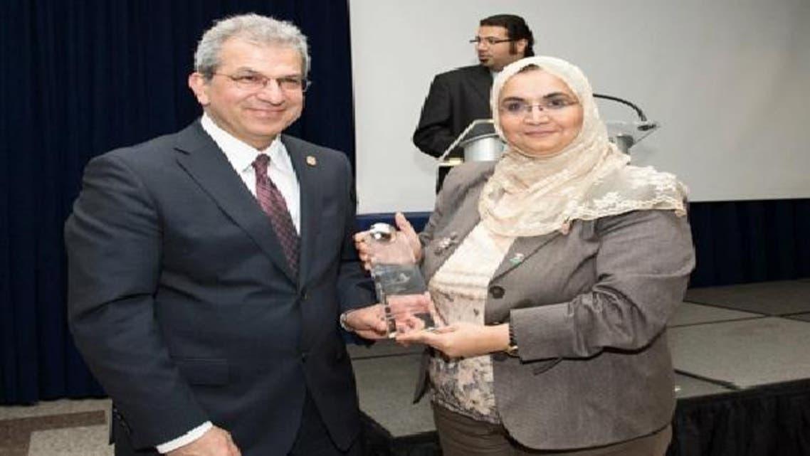 ڈاکٹر سمر السقاف ایوارڈ وصول کر رہی ہیں