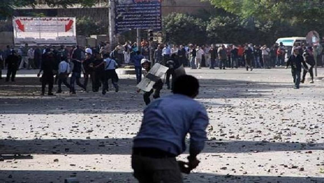 قاہرہ کے تحریر چوک میں پولیس اور مظاہرین کے درمیان پتھراؤ کا مقابلہ