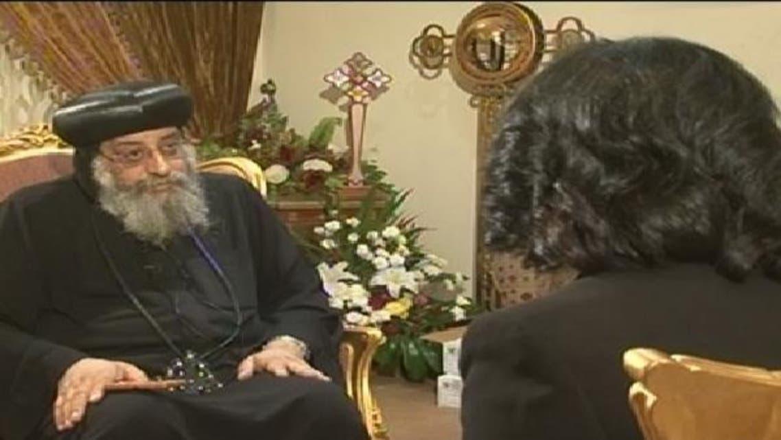 بشپ الأنبا تواضروس العربیہ کی نمائندہ راندہ ابو العزم سے گفتگو کر رہے ہیں