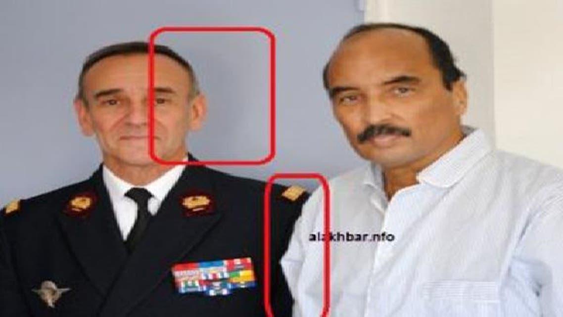 الصورة مثار الجدل والتي تجمع الرئيس الموريتاني وطبيبه