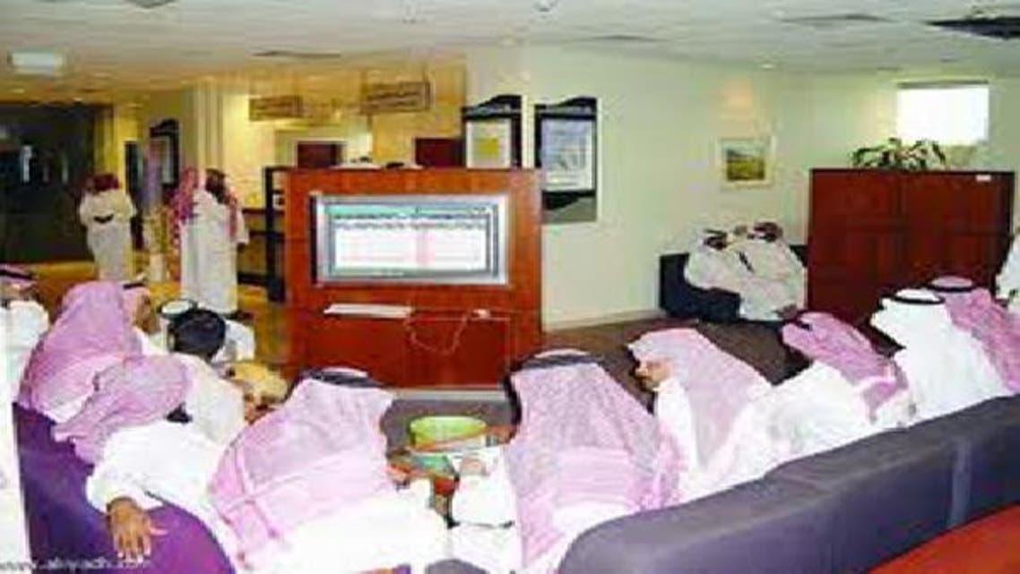 متداولون سعوديون يتابعون أسعار الأسهم