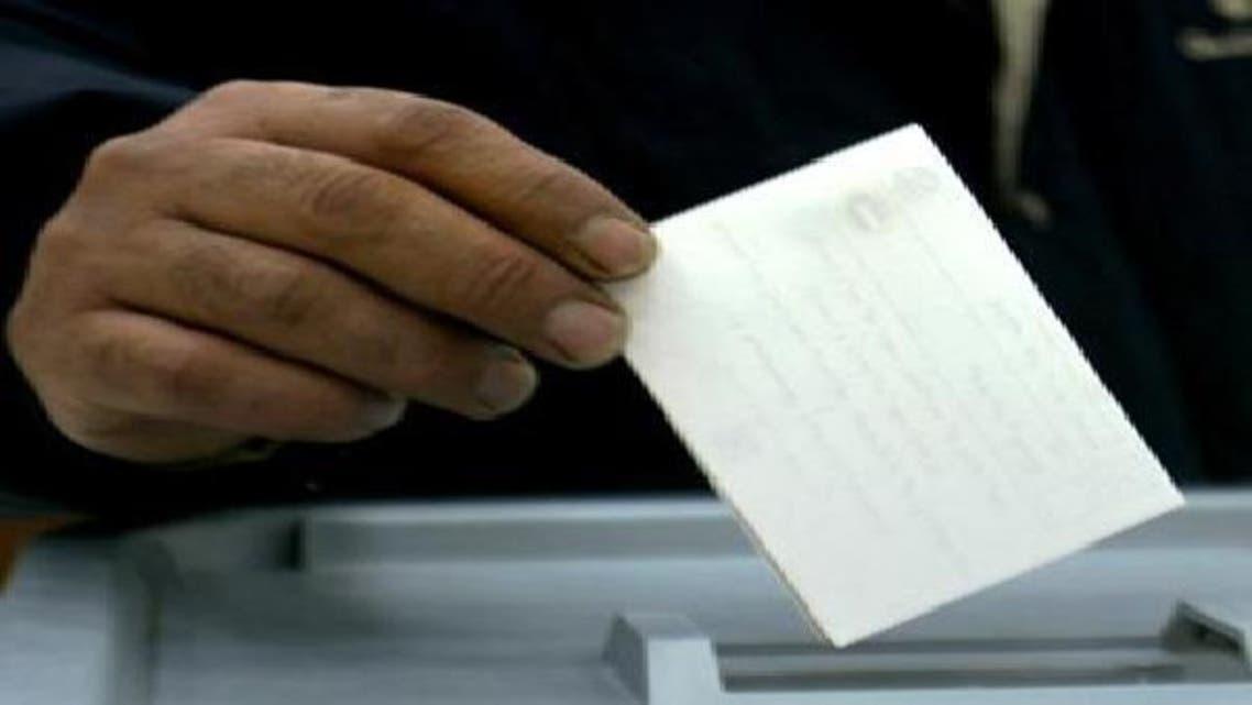 أحد المواطنين المصريين يدلي بصوته