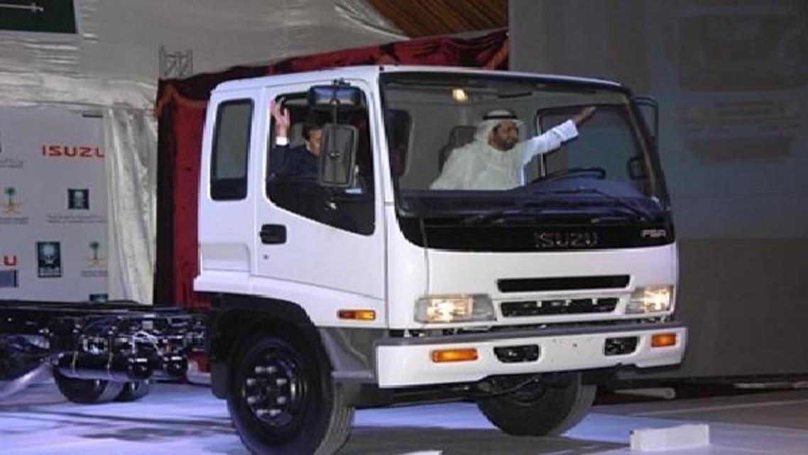 ڈاکٹر الربیعہ گاڑی چلا کر کار سازی منصوبے کا افتتاح کر رہے ہیں