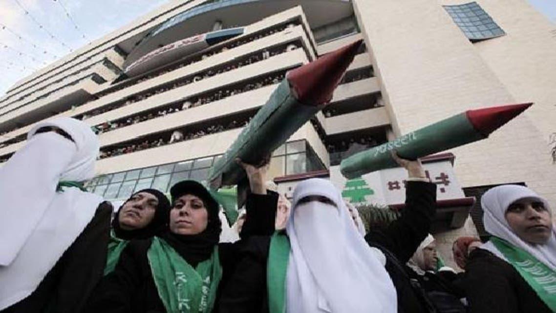حماس کے زیراہتمام نابلس میں نکالی گئی ریلی میں شریک خواتین نے اسرائیل پر برسائے گئے میزائلوں کے لکڑی کے ماڈل اٹھا رکھے تھے