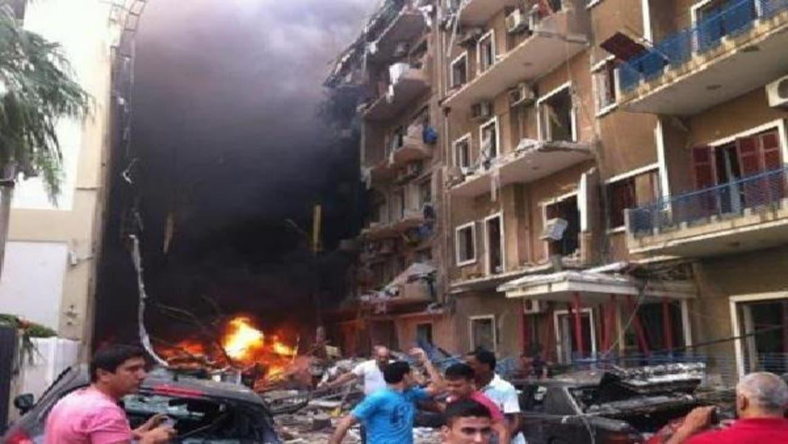 بیروت کے علاقے اشرافیہ میں ہونے والے دھماکے کے بعد عمارت میں آگ لگی ہوئی ہے