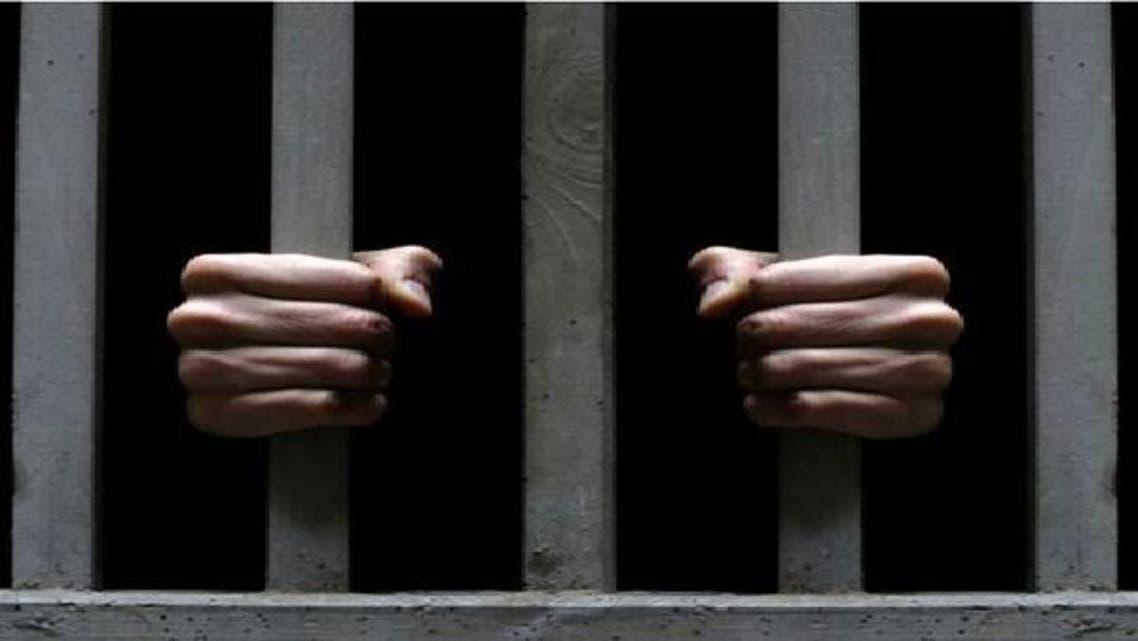 سجن شرطي لوضعه نظارة شمسية داخل المحكمة
