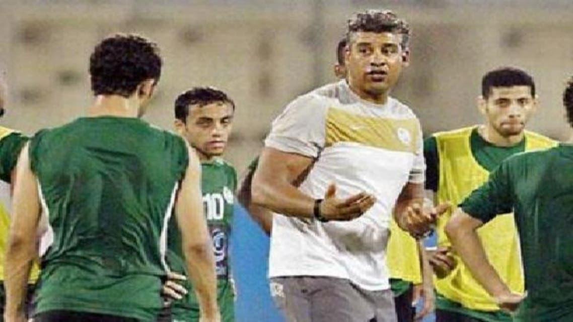 مدرب المنتخب السعودي ريكارد يوجه اللاعبين في تدريبات سابقة