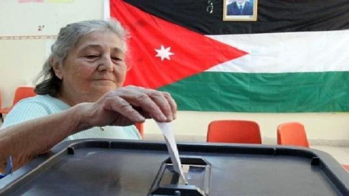 ایک معمر اردنی خاتون 2010ء میں منعقدہ عام انتخابات میں اپنا حق رائے دہی استعمال کر رہی ہیں
