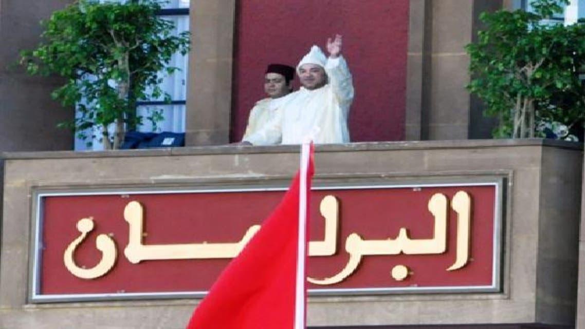 العاهل المغربي يلوح بيديه من شرفة البرلمان