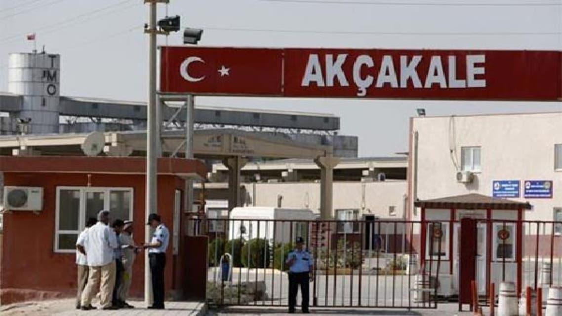 ترک پولیس کے افسر شامی مردوں سے سرحدی علاقے میں داخلے کے بعد شناختی کارڈ چیک کر رہے ہیں