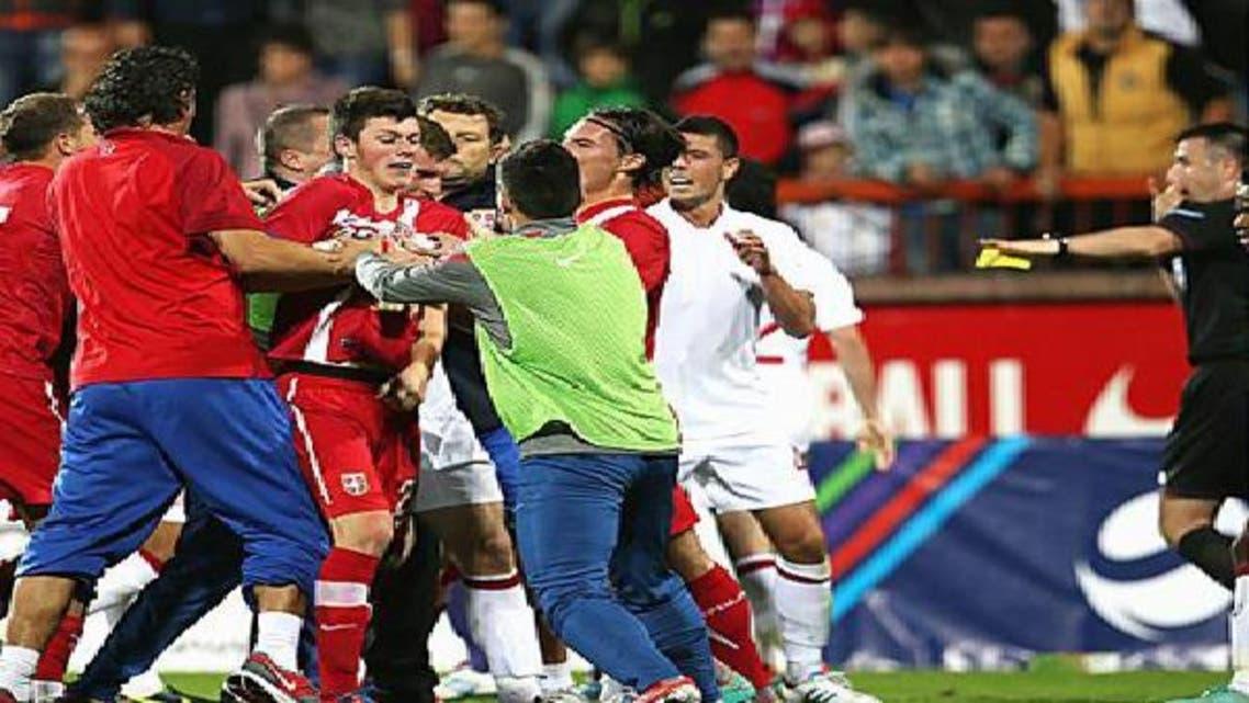 مباراة بين إنكلترا وصربيا تتحول إلى حلبة مصارعة