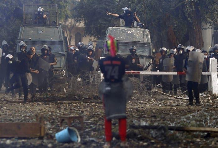 المواجهات المتقطعة بين متظاهرين وقوات مكافحة الشغب